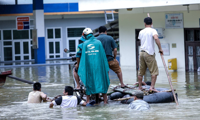 Quốc lộ 6 chìm trong biển nước, đóng bè mảng để đưa dân qua - Ảnh 6.