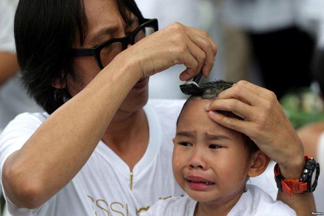 7 ngày qua ảnh: Cô gái trẻ ngắm bắn bằng súng trường tại triển lãm vũ khí - Ảnh 3.
