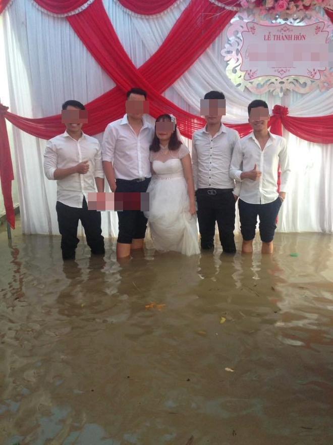 Hình ảnh các đám cưới trong ngày mưa bão khiến người ta chạnh lòng  - Ảnh 5.