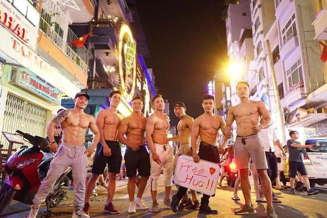 Dàn trai đẹp 6 múi với khẩu hiệu ôm miễn phí gây náo loạn tại phố đi bộ và phố Bùi Viện - Ảnh 3.
