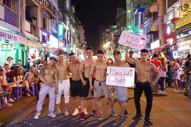 Dàn trai đẹp 6 múi với khẩu hiệu ôm miễn phí gây náo loạn tại phố đi bộ và phố Bùi Viện - Ảnh 4.