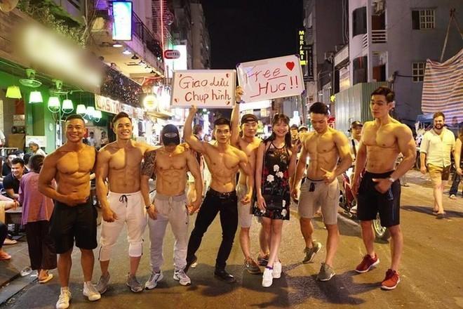Dàn trai đẹp 6 múi với khẩu hiệu ôm miễn phí gây náo loạn tại phố đi bộ và phố Bùi Viện - Ảnh 6.