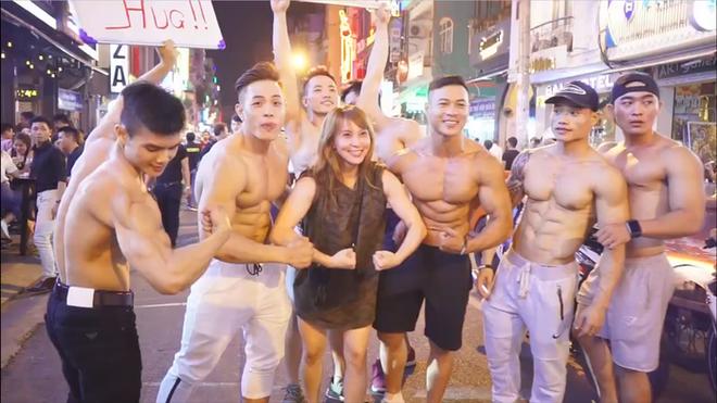 Dàn trai đẹp 6 múi với khẩu hiệu ôm miễn phí gây náo loạn tại phố đi bộ và phố Bùi Viện - Ảnh 5.