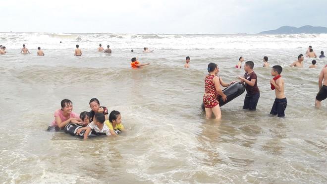 [Ảnh] Mặc bão vào, hàng trăm du khách liều mình tắm biển rồi bỏ chạy khi có sóng lớn - Ảnh 3.