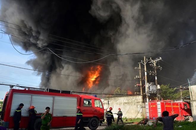 Hàng trăm cảnh sát đang dập đám cháy lớn ở công ty nhựa vùng ven Sài Gòn - Ảnh 1.