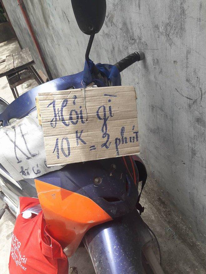 Tấm biển treo trước xe ôm khiến nhiều khách hàng e dè - Ảnh 1.