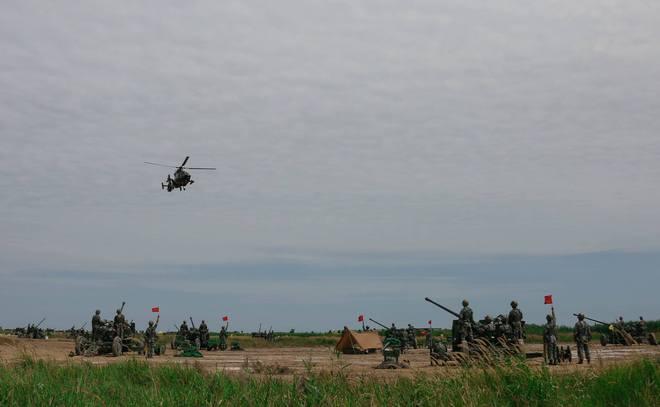 Trực thăng Z-9 đang làm mục tiêu cho pháo phòng không tập bắn