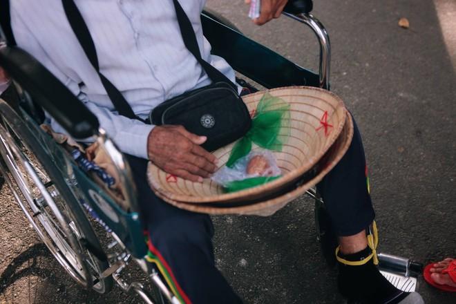 Tình yêu của đôi vợ chồng bán vé số dạo trên phố Sài Gòn khiến bao trái tim rung động - Ảnh 4.