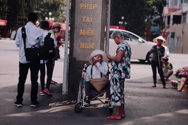 Tình yêu của đôi vợ chồng bán vé số dạo trên phố Sài Gòn khiến bao trái tim rung động - Ảnh 5.