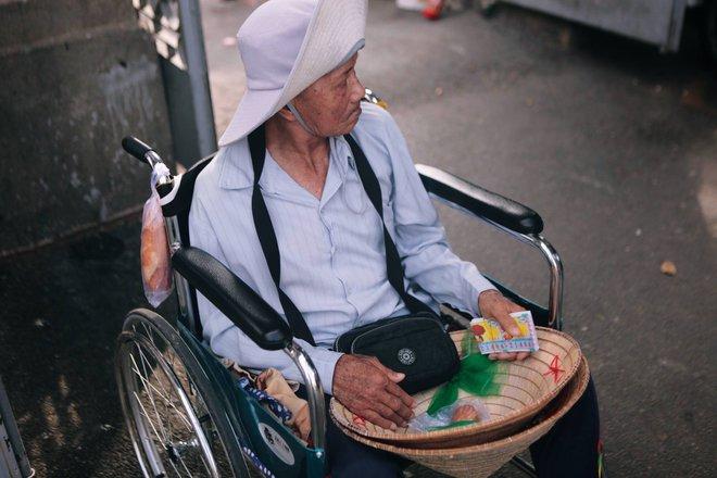 Tình yêu của đôi vợ chồng bán vé số dạo trên phố Sài Gòn khiến bao trái tim rung động - Ảnh 2.
