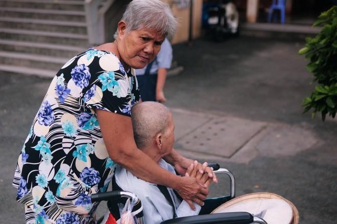 Tình yêu của đôi vợ chồng bán vé số dạo trên phố Sài Gòn khiến bao trái tim rung động - Ảnh 1.