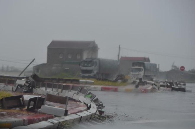 7 người thương vong ở Quảng Bình, 2 tàu chìm ở Quảng Ninh, Nghệ An - Hà Tĩnh tan hoang sau bão - Ảnh 3.
