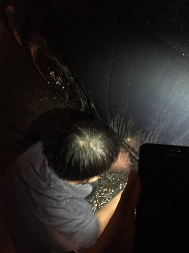 Chiếc ô của người lạ trong đêm Hà Nội mưa to gây sốt mạng xã hội - ảnh 1