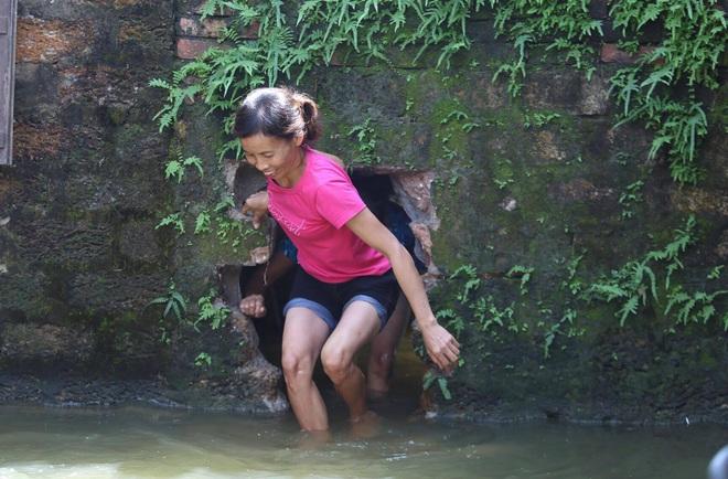 Ảnh: Hà Nội chìm trong biển nước sau 5 ngày lũ về, dân đập tường thành lỗ chui lấy lương thực - Ảnh 6.