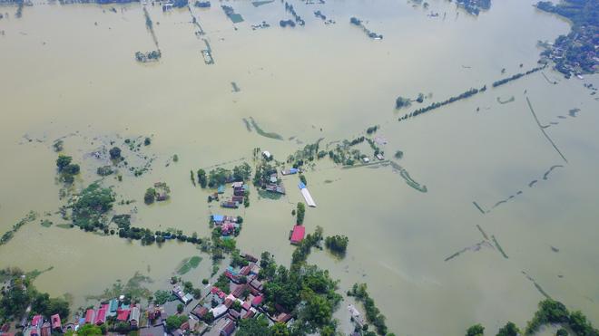 Ảnh: Hà Nội chìm trong biển nước sau 5 ngày lũ về, dân đập tường thành lỗ chui lấy lương thực - Ảnh 3.
