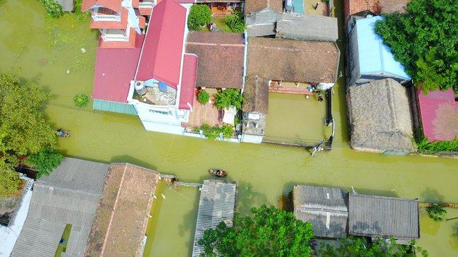 Ảnh: Hà Nội chìm trong biển nước sau 5 ngày lũ về, dân đập tường thành lỗ chui lấy lương thực - Ảnh 2.