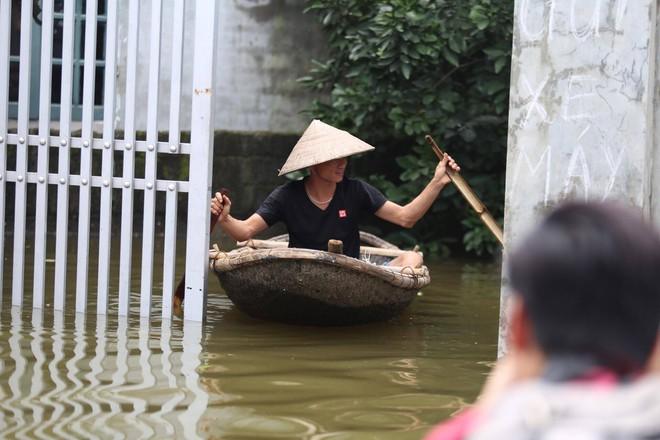 Ảnh: Hà Nội chìm trong biển nước sau 5 ngày lũ về, dân đập tường thành lỗ chui lấy lương thực - Ảnh 8.