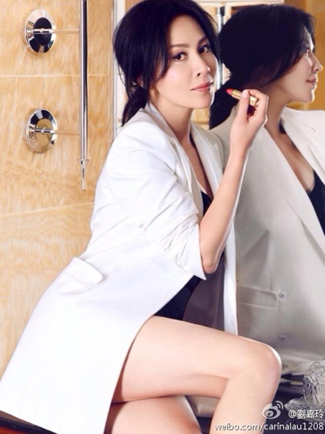 Vợ của Lương Triều Vỹ gây ngỡ ngàng vì nhan sắc gợi cảm dù đã 52 tuổi   - Ảnh 23.