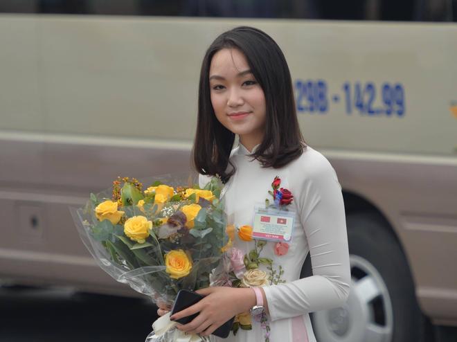 Chân dung thiếu nữ tặng hoa Chủ tịch Trung Quốc Tập Cận Bình tại Nội Bài trưa nay  - Ảnh 2.