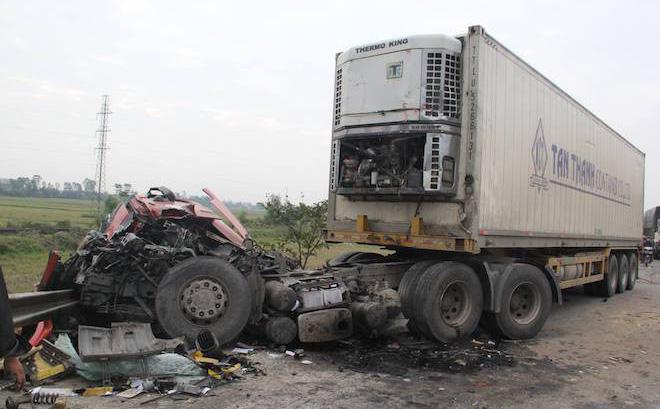 5 ô tô vỡ nát đầu sau tai nạn liên hoàn trên đường tránh TP Vinh