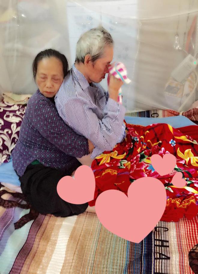 Khoảnh khắc cảm động khi cụ bà vỗ về và ôm chặt người bạn đời ngay trên giường bệnh - Ảnh 3.