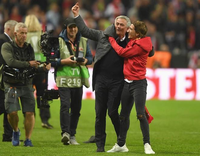 """Mourinho hóa """"trẻ nhỏ"""" trong ngày Man United đoạt cúp - Ảnh 2"""