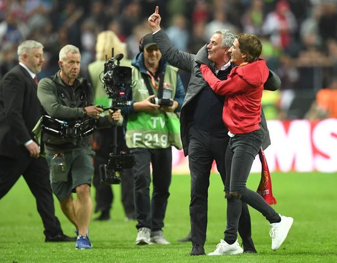 """Mourinho hóa """"trẻ nhỏ"""" trong ngày Man United đoạt cúp - Ảnh 3"""
