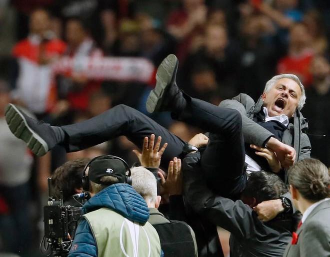 """Mourinho hóa """"trẻ nhỏ"""" trong ngày Man United đoạt cúp - Ảnh 5"""