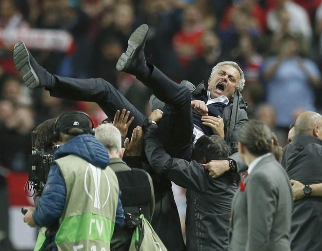 """Mourinho hóa """"trẻ nhỏ"""" trong ngày Man United đoạt cúp - Ảnh 6"""