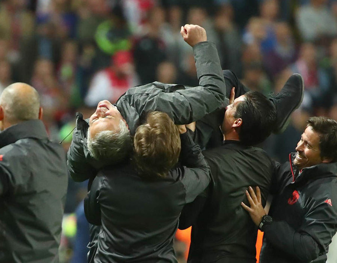 """Mourinho hóa """"trẻ nhỏ"""" trong ngày Man United đoạt cúp - Ảnh 7"""