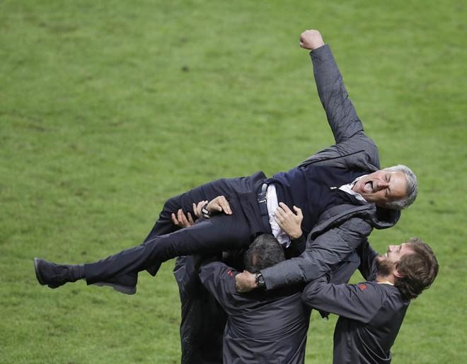 """Mourinho hóa """"trẻ nhỏ"""" trong ngày Man United đoạt cúp - Ảnh 8"""