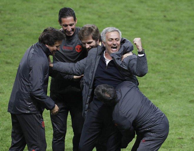 """Mourinho hóa """"trẻ nhỏ"""" trong ngày Man United đoạt cúp - Ảnh 4"""