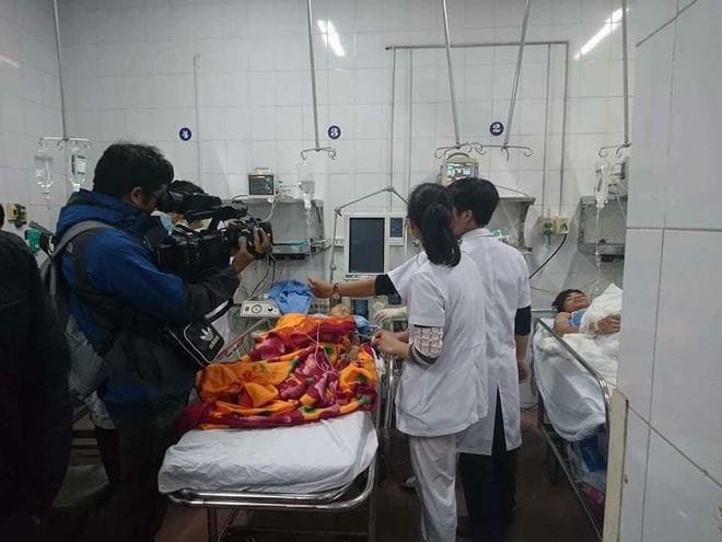 Sập lan can trường tiểu học khiến 16 trẻ nhập viện: Cháu bị rơi từ trên xuống cùng với hơn 10 bạn - Ảnh 4.