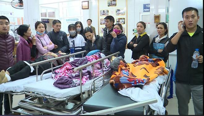 Sập lan can trường tiểu học khiến 16 trẻ nhập viện: Cháu bị rơi từ trên xuống cùng với hơn 10 bạn - Ảnh 1.