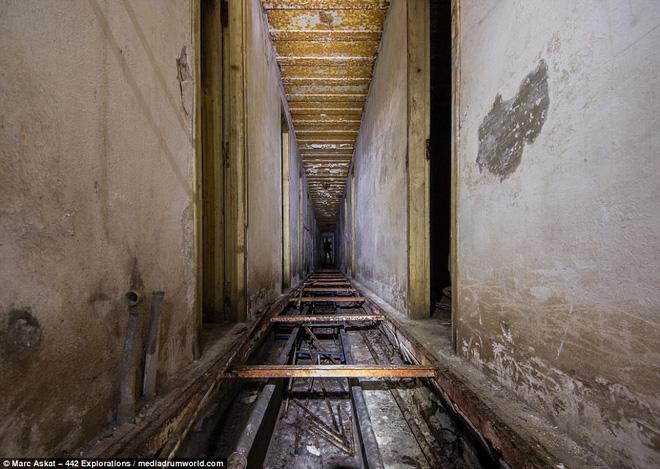 Thâm nhập hầm trú ẩn bí mật của Hitler sâu 30m dưới lòng đất: Đội thám hiểm bị ám ảnh - Ảnh 7.