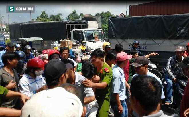 Hàng chục người xem khám nghiệm hiện trường án mạng   đuổi 7km bắt 2 tên cướp trên Quốc lộ 1