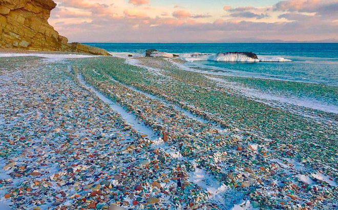Hàng triệu mảnh thủy tinh bị vứt xuống biển, 10 năm sau điều không ai ngờ đến đã xảy ra