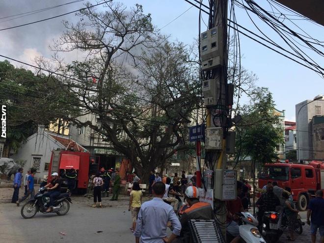 3 căn nhà trên phố Minh Khai cháy dữ dội, nối hàng trăm mét dây để dẫn nước - Ảnh 8.