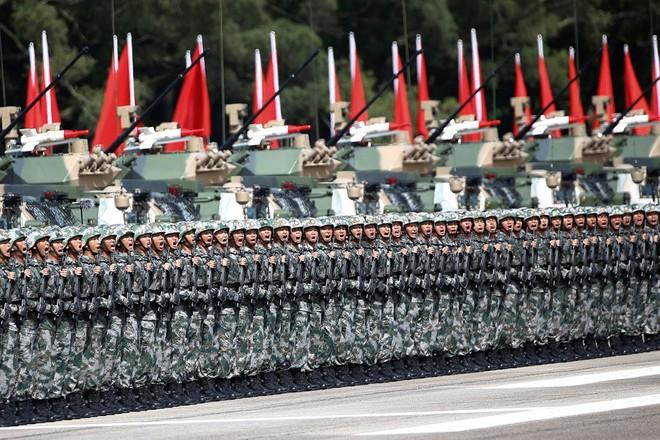 7 ngày qua ảnh: Lính Trung Quốc diễu binh dưới trời nắng gắt ở Hong Kong - Ảnh 3.