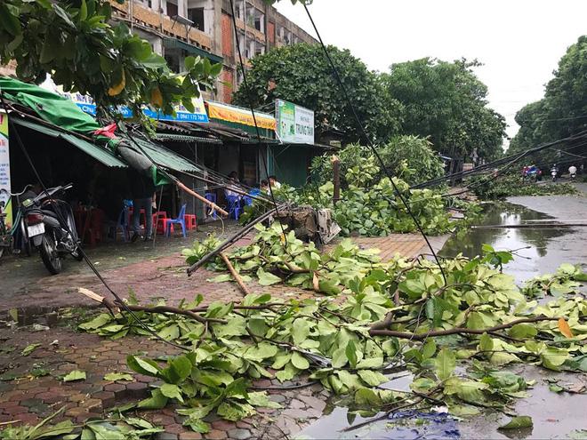 Hàng chục tàu cá chìm, đường sắt tê liệt, phố phường Hà Nội ngập sâu trong bão số 2 - Ảnh 10.