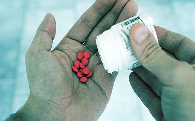 Giật mình tác hại của lạm dụng kháng sinh: Vi khuẩn kháng thuốc chưa phải điều tệ nhất!