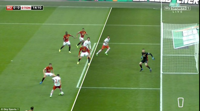 Chơi trò cút bắt, Ibrahimovic đưa Man United đăng quang trong nỗi lo thót tim - Ảnh 3.