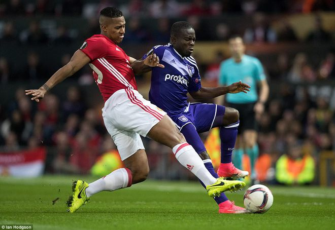 Đặt niềm tin vào Ibrahimovic, Mourinho khiến Old Trafford trải qua đủ 90 phút hãi hùng - Ảnh 3.