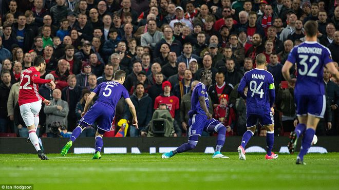 Đặt niềm tin vào Ibrahimovic, Mourinho khiến Old Trafford trải qua đủ 90 phút hãi hùng - Ảnh 4.