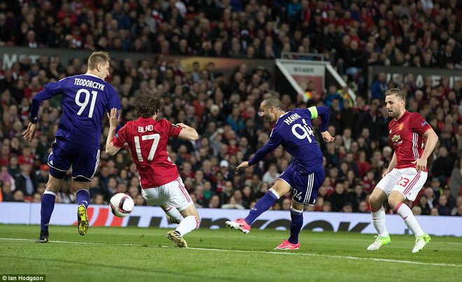 Đặt niềm tin vào Ibrahimovic, Mourinho khiến Old Trafford trải qua đủ 90 phút hãi hùng - Ảnh 12.