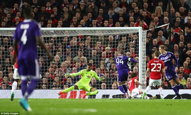 Đặt niềm tin vào Ibrahimovic, Mourinho khiến Old Trafford trải qua đủ 90 phút hãi hùng - Ảnh 2.