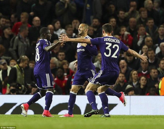 Đặt niềm tin vào Ibrahimovic, Mourinho khiến Old Trafford trải qua đủ 90 phút hãi hùng - Ảnh 15.