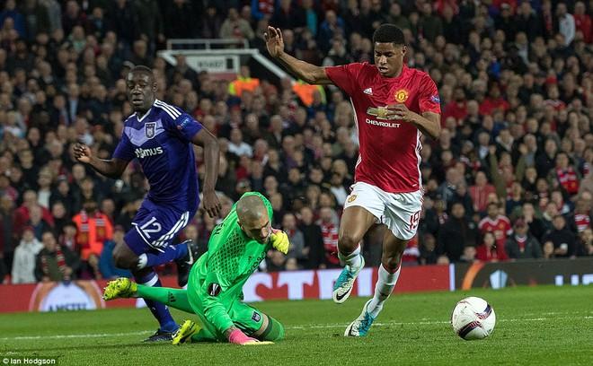 Đặt niềm tin vào Ibrahimovic, Mourinho khiến Old Trafford trải qua đủ 90 phút hãi hùng - Ảnh 18.