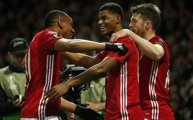 """Man United thắng nhọc: """"Tuyệt vời"""" Ibrahimovic, như một trò hề!"""