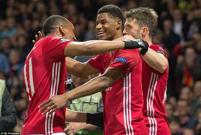 Đặt niềm tin vào Ibrahimovic, Mourinho khiến Old Trafford trải qua đủ 90 phút hãi hùng - Ảnh 23.